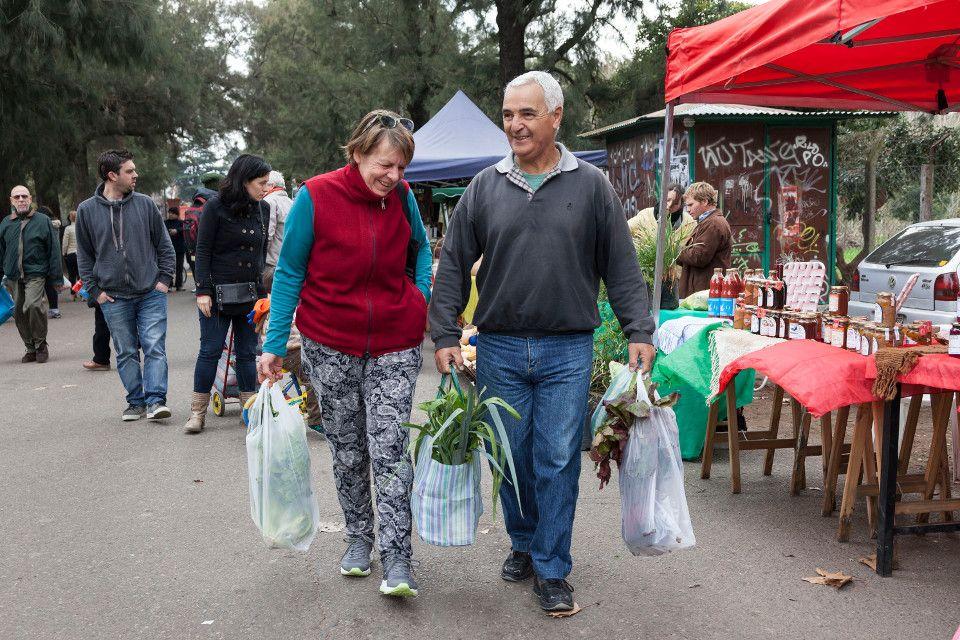 Los vecinos se van con bolsas repletas de productos sanos y baratos Foto: Diego Spivacow / AFV