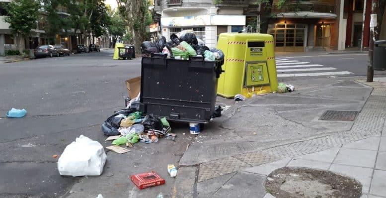 Tacho de basura lleno