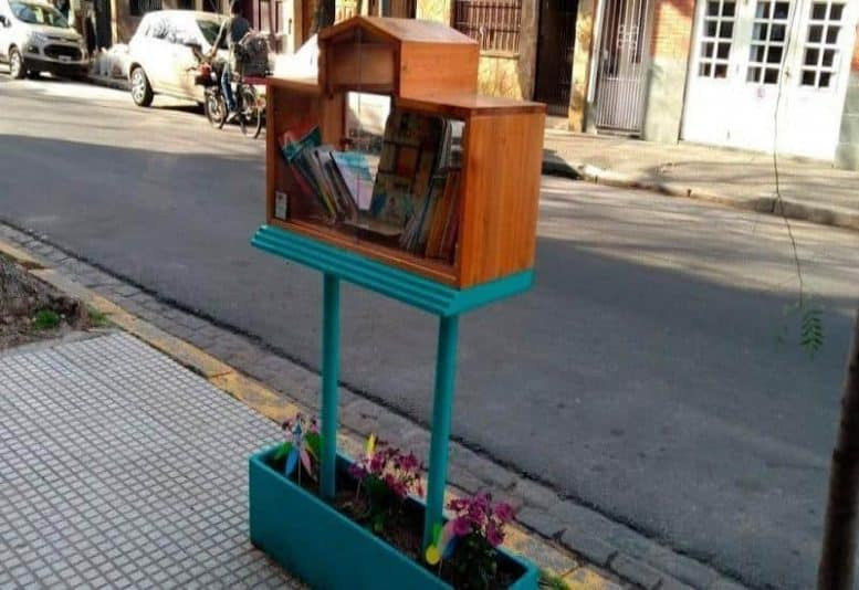 biblioteca al paso
