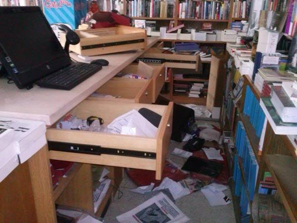 Robo y destrozos en la libreria Casassa y Lorenzo