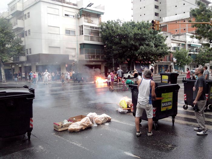 Vecinos cortan Av. Nazca y Marcos Sastre
