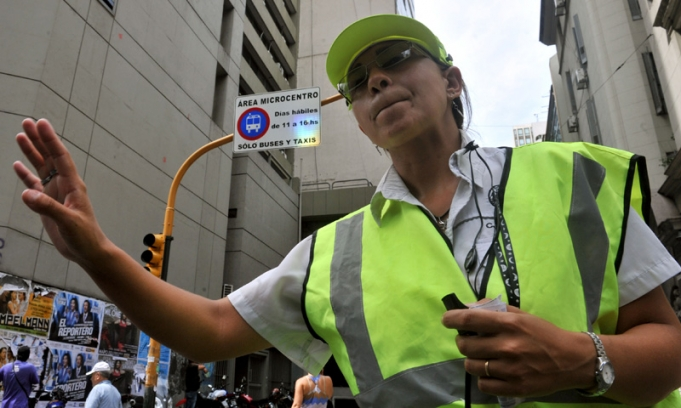 Agente de tránsito en la ciudad